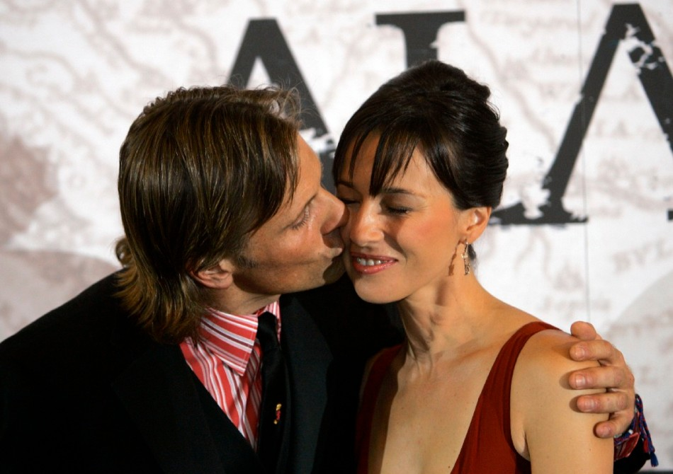 U.S. actor Mortensen kisses Spanish actress Gil during premier of film Alatriste in Madrid